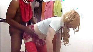 Homem vestido de garota da escola dando o cu